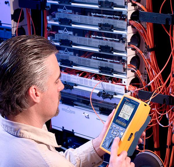 Test de fibre optique avec le module OTDR de Fluke Networks.