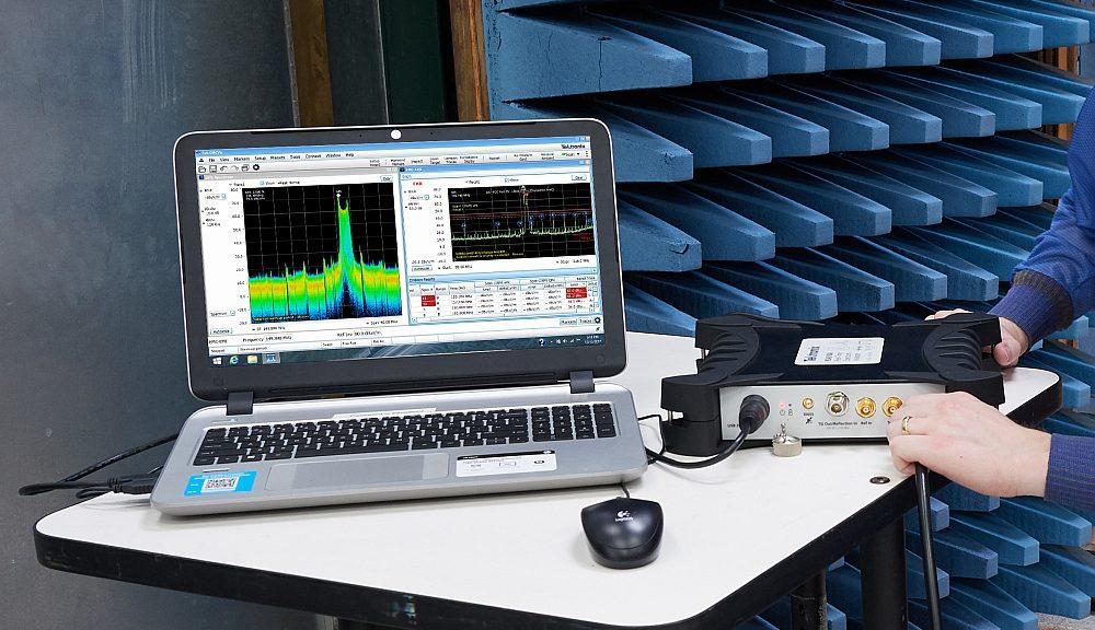 Analyseurs de spectre temps réel RSA513A et RSA518A au format USB de Tektronix.