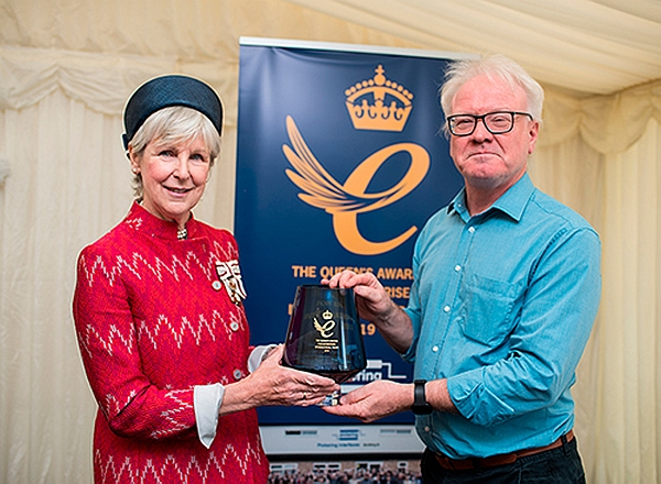 Queen's Award: S.M. Lord Lieutenant Jennifer Tolhurst et Keith Moore, PDG de Pickering.