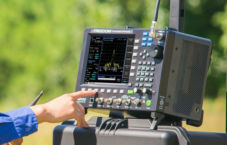 Testeur LMR portable Freedom R8200 d'Astronics.