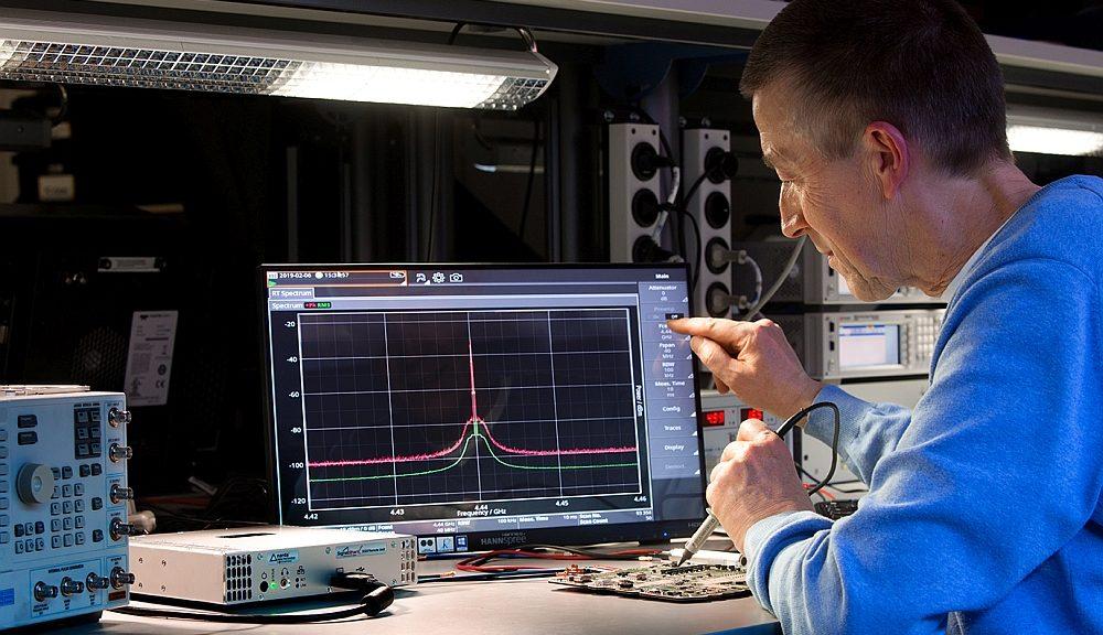 Analyseur de spectre modulaire ouvert SignalShark de Narda.