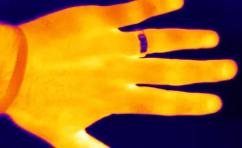 Thermogramme (ou image thermique) d'une main prise par une caméra infrarouge de Fluke.